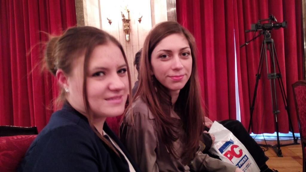 Jelena Kostadinović (levo) i Marija Mitrovanov  sa prošlogodišnje PC Press dodele nagrada za 50 najboljih sajtova u Srbiji, gde je iSerbia ušla u top 5 za edukaciju